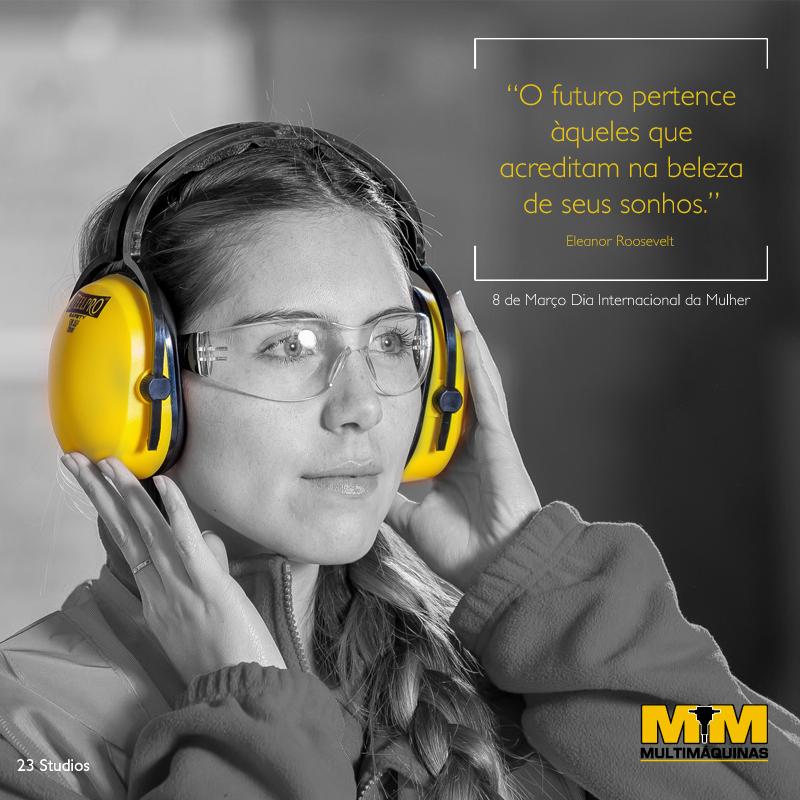 Mulher com protetor auricular e frase sobre o dia da mulher