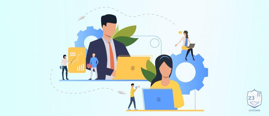 pessoas no computador estudando as estratégias de marketing da concorrência