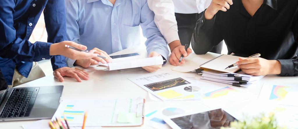 equipe especializada elaborando uma estratégia de marketing