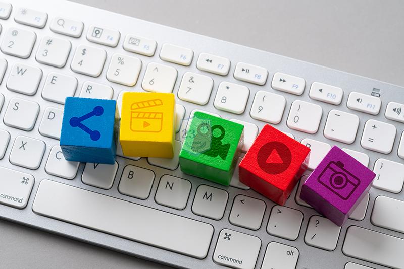 Teclado branco com ícones de formatos de conteúdo e compartilhamento